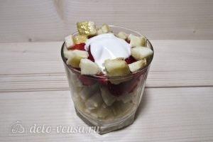 Фруктовый салат с йогуртом, яблоком, бананом и клубникой: фото к шагу 7.