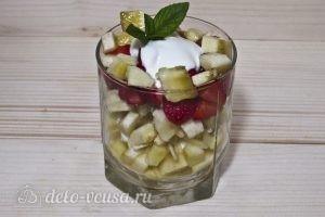 Фруктовый салат с йогуртом, яблоком, бананом и клубникой: фото к шагу 8.