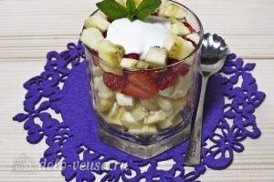 Фруктовый салат с йогуртом, яблоком, бананом и клубникой: фото к шагу 9.