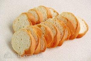 Горячие бутерброды с картофелем: Нарезаем батон