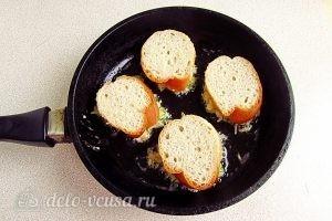 Горячие бутерброды с картофелем: Выкладываем бутерброды на сковороду