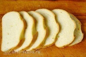 Горячие бутерброды со шпротами: Режем батон