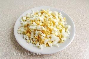 Холодник со щавелем: Нарезать яйца