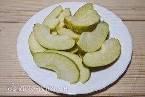 Компот из клубники и яблок: Нарезаем яблоко