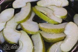 Компот из клубники и яблок: Отправляем яблочные дольки в закипевшую воду