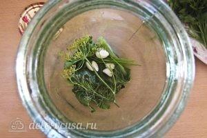 Маринованные кабачки на зиму: Кладем в банку укроп, чеснок, перец и горчицу
