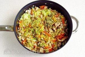 Тушеная капуста с овощами и мясом: Добавить приправу