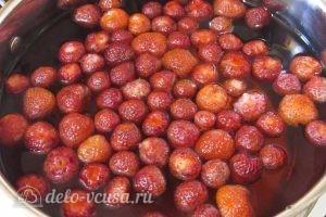 Клубничный компот с мятой: Добавляем клубнику и сахар