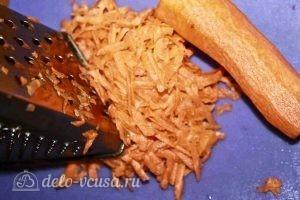 Запеченная красная рыба с овощами: Натираем морковь
