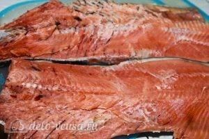 Запеченная красная рыба с овощами: Разрезаем рыбу