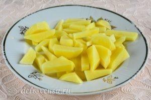 Куриный суп с вермишелью и картошкой: Нарезаем картошку