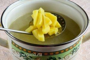 Куриный суп с вермишелью и картошкой: Добавляем картошку в бульон