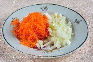 Куриный суп с вермишелью и картошкой: Измельчаем морковь и лук