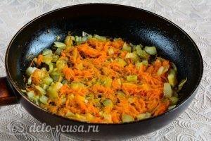 Куриный суп с вермишелью и картошкой: Обжариваем овощи