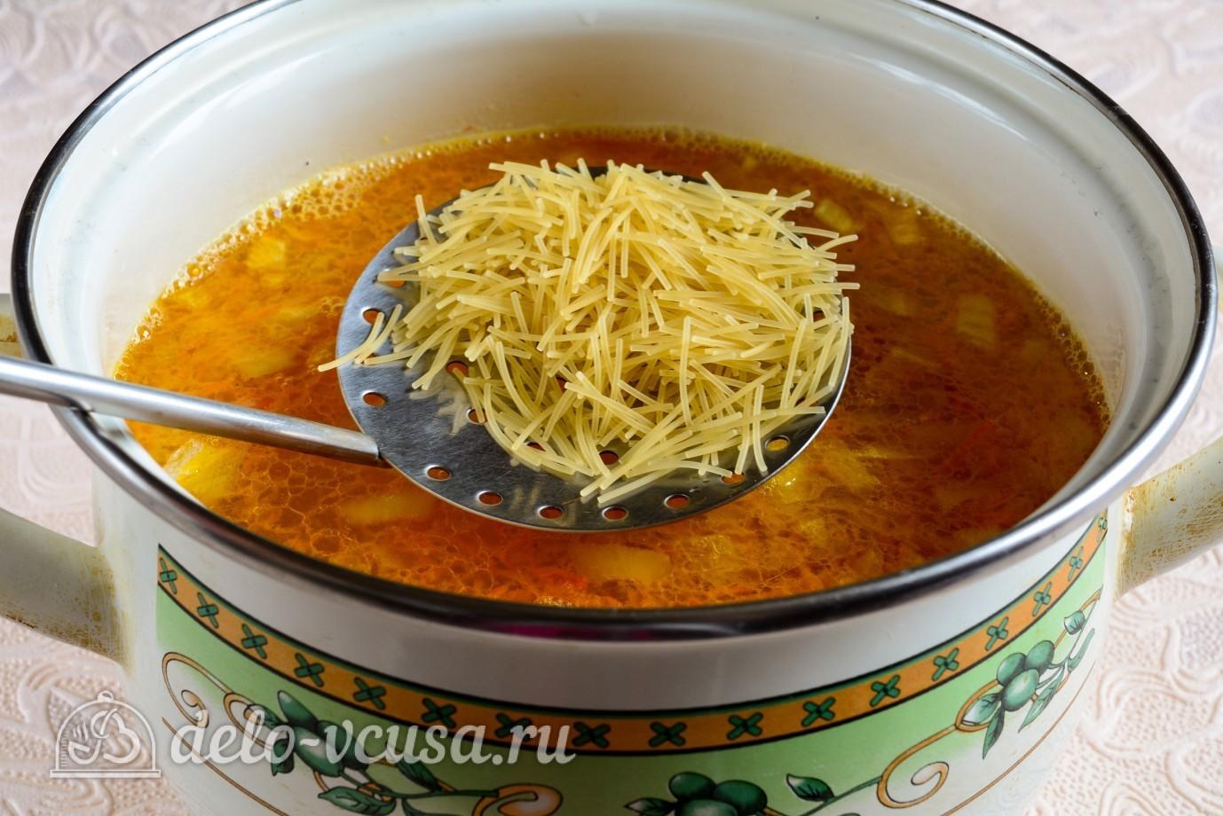 Куриный суп с вермишелью и картошкой: Добавляем вермишель