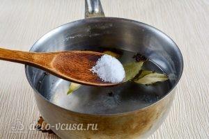 Маринованные шампиньоны в домашних условиях: Добавить соль и сахар