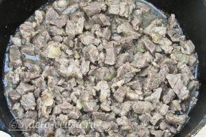Жареное мясо с кабачками: Добавляем мясо к луку