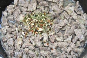 Жареное мясо с кабачками: Добавляем приправу