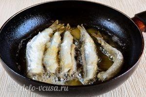 Жареная мойва: Выложить рыбу на сковороду