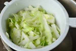 Начинка для пирожков с капустой и яйцом: Процеживаем капусту