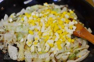 Начинка для пирожков с капустой и яйцом: Добавляем яйца к луку и капусте