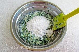 Оладьи с зеленым луком: Добавить муку