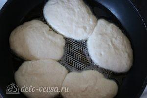 Оладьи на молоке: Выложить оладьи на сковороду