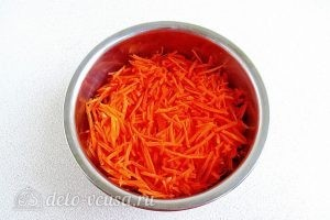 Острый салат с курицей: Натираем морковь