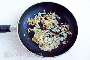 Острый салат с курицей: Обжариваем лук