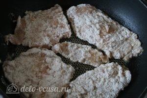 Отбивная из куриного филе: Выкладываем отбивные на сковороду