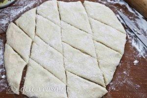 Печенье на кефире: Нарезаем на кусочки