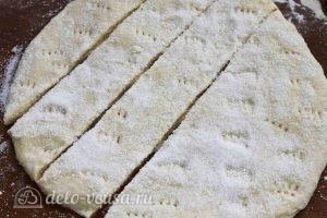 Печенье на кефире: Нарезаем тесто