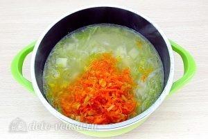 Щи из свежей капусты с плавленым сыром: Добавить овощи в бульон