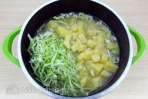 Щи из свежей капусты с плавленым сыром: Добавить в бульон капусту и картофель