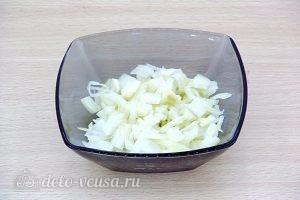 Щи из свежей капусты с плавленым сыром: Нарезать лук