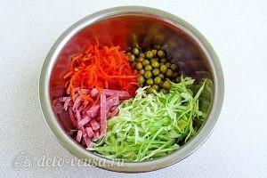 Салат с морковкой по-корейски и копченой колбасой: Соединяем колбасу, морковь, капусту и горошек