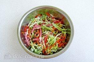 Салат с морковкой по-корейски и копченой колбасой: Все солим и перемешиваем