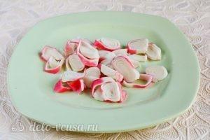 Салат с крабовыми палочками, сыром и помидорами: Нарезать крабовые палочки