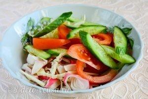 Салат с крабовыми палочками, сыром и помидорами: Соединить ингредиенты