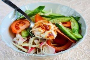Салат с крабовыми палочками, сыром и помидорами: Заправить салат соусом
