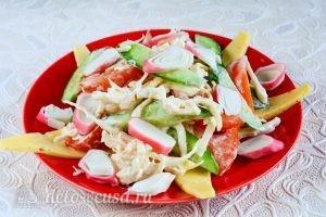 Салат с крабовыми палочками, сыром и помидорами: Выложить салат на сыр