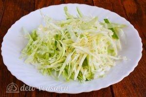 Салат из капусты, огурцов и помидоров: Нашинковать капусту