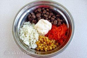 Салат с куриными сердечками и корейской морковью: Соединить ингредиенты