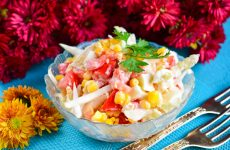 Салат с капустой, помидорами и кукурузой