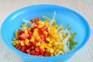 Салат с капустой, помидорами и кукурузой: Добавить кукурузу