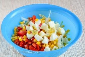 Салат с капустой, помидорами и кукурузой: Добавить яйца