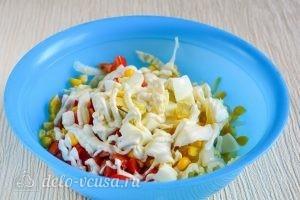 Салат с капустой, помидорами и кукурузой: Добавить соус