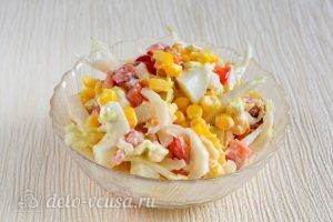 Салат с капустой, помидорами и кукурузой: Выложить в салатник