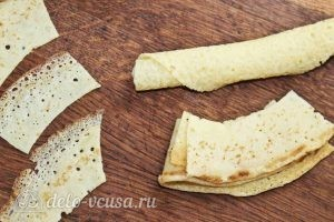 Салат с колбасой, яйцом и блинами: Вырезаем круги из блинов