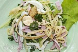 Салат с колбасой, яйцом и блинами: Украшаем салат